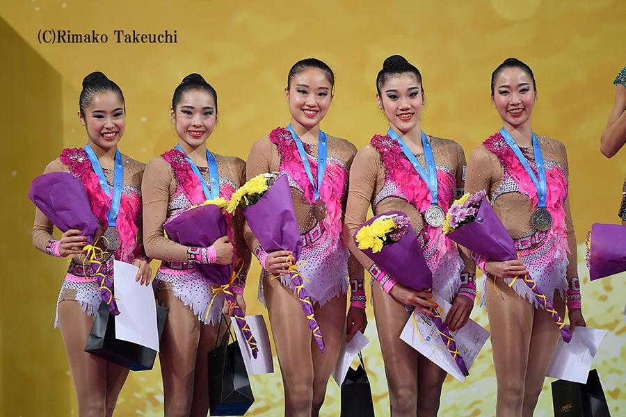 世界新体操、団体種目別フープで銀メダルを獲得!
